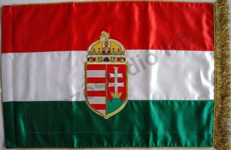 Beltéri magyar zászló egyik oldalon hímzett címerrel